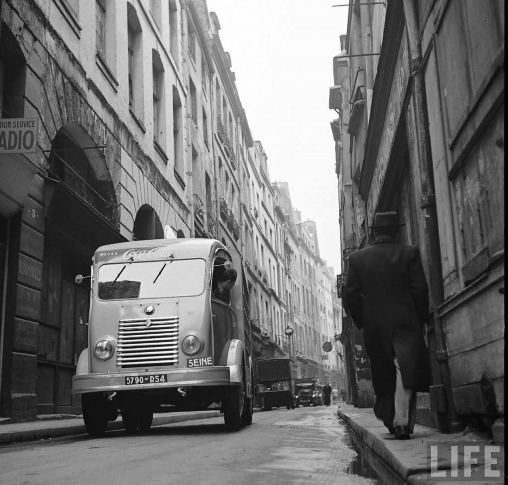 1950-coca-cola-arrive-paris-1024x978