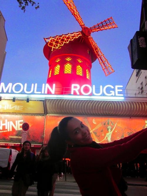 Amanda em frente ao Moulin Rouge