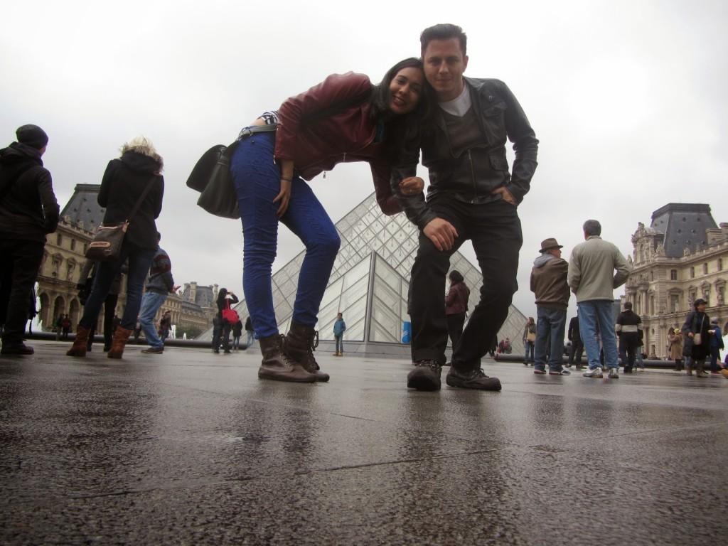 Casal em frente ao museu do Louvre